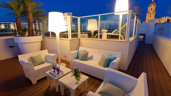 Lujoso piso de dos dormitorios y dos baños en el centro de Málaga con una espectacular terraza. Desde 190€ noche