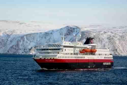 Los barcos Hurtigruten recorren al costa noruega helada