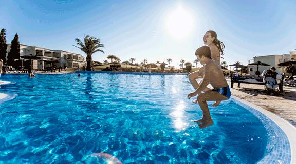 150402_hotel-Vincci-Costa-Golf_piscina_ambiente_0Z6A9602