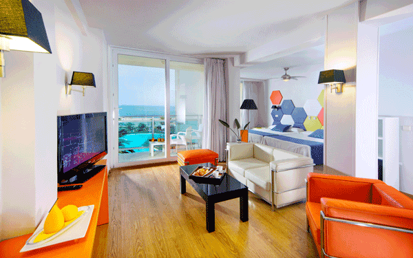 Hotel evenia en roquetas de mar a pie de playa for Hoteles con habitaciones familiares en espana