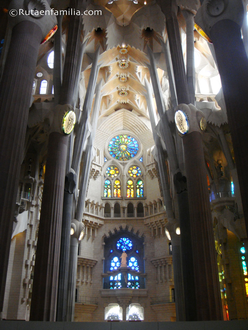 SagradaFamilia-Interior-Barcelona-Gaudi