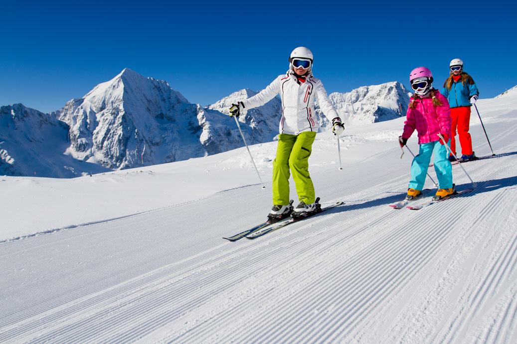 Familia-esquiando