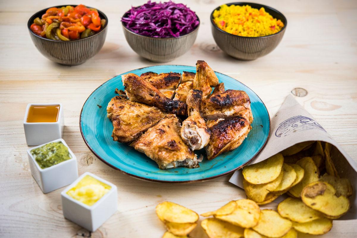 Pollo-servido-con-guarniciones,-salsas-y-patatas,-KIP
