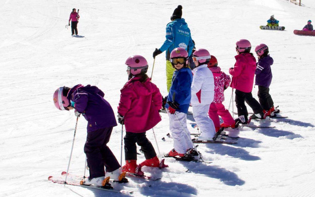 Equipar a los niños para esquiar