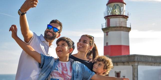 en-ruta-familia-faros-galicia-selfie