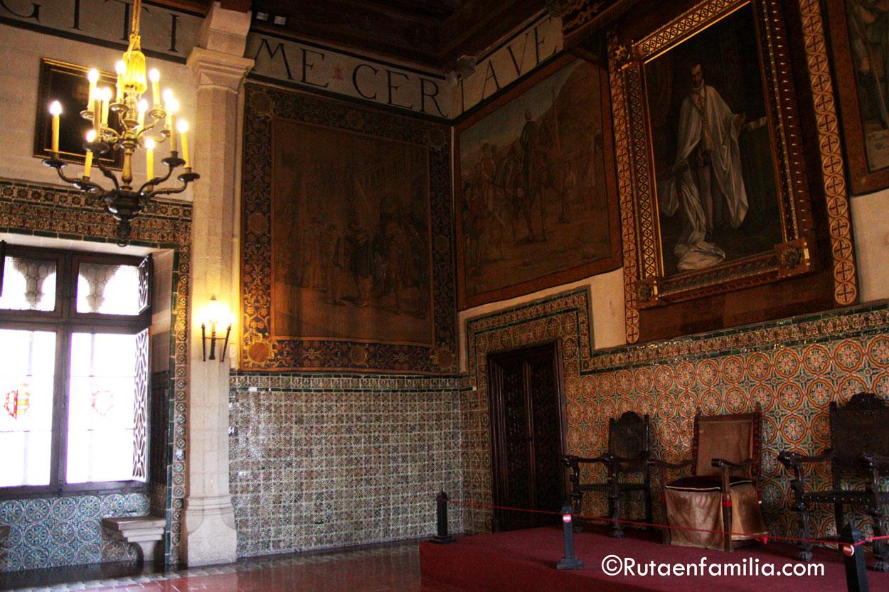 Salón de Coronas con cerámica andaluza