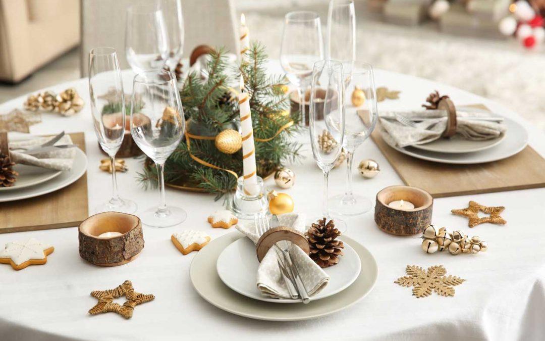 Decora tu mesa de Navidad en blanco y dorado