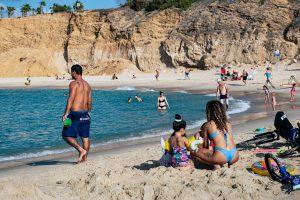 familia en la playa en verano