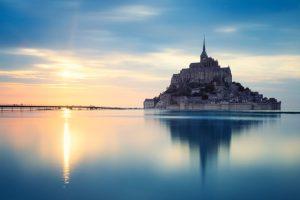 El Mont Saint Michel, en Francia, al atardecer