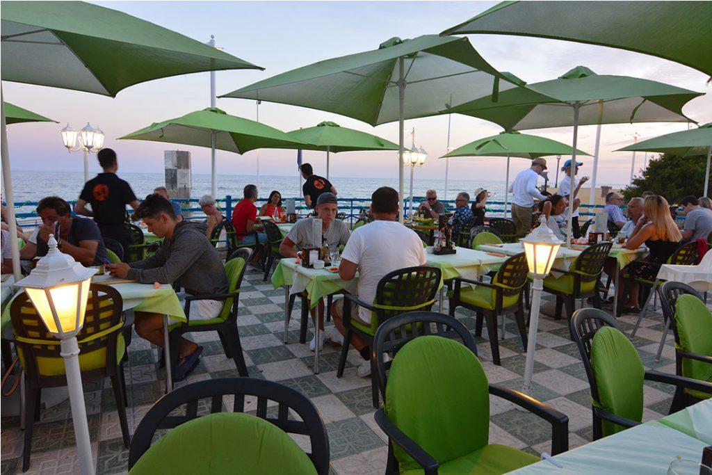 La terraza es ideal para una cena a la puesta del sol